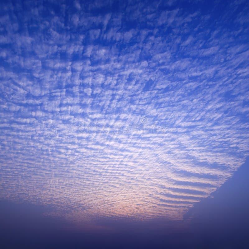 De wolken van de zonsondergang stock afbeelding