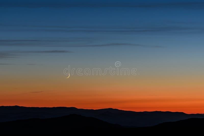 De wolken van de hemelbergen van de maanzonsondergang royalty-vrije stock afbeeldingen