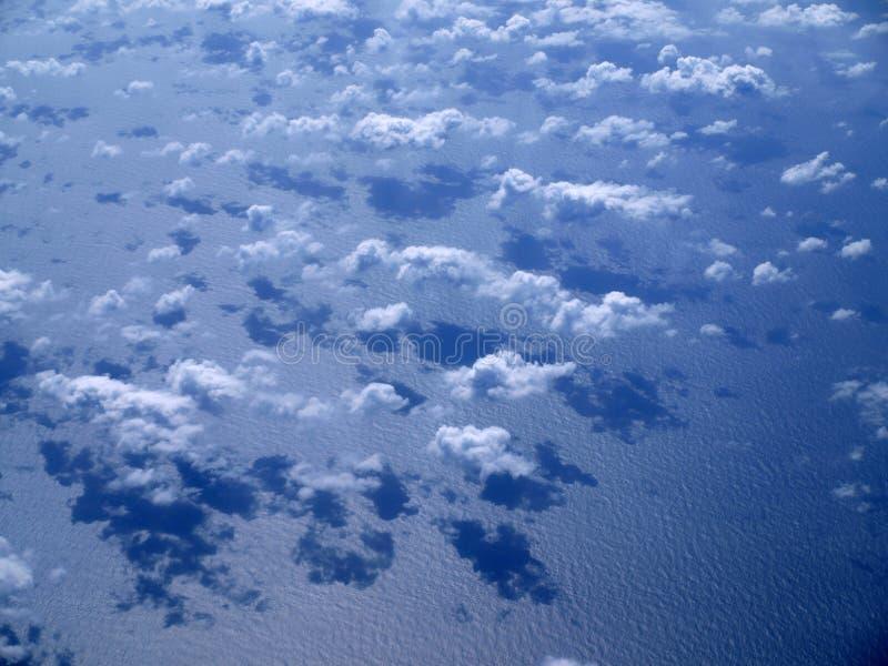 De wolken van het patroon over de oceaan stock foto's