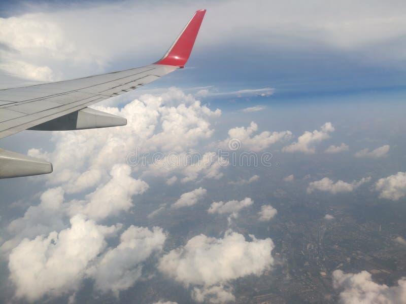 de wolken van de venstermening van vliegtuigvenster royalty-vrije stock foto