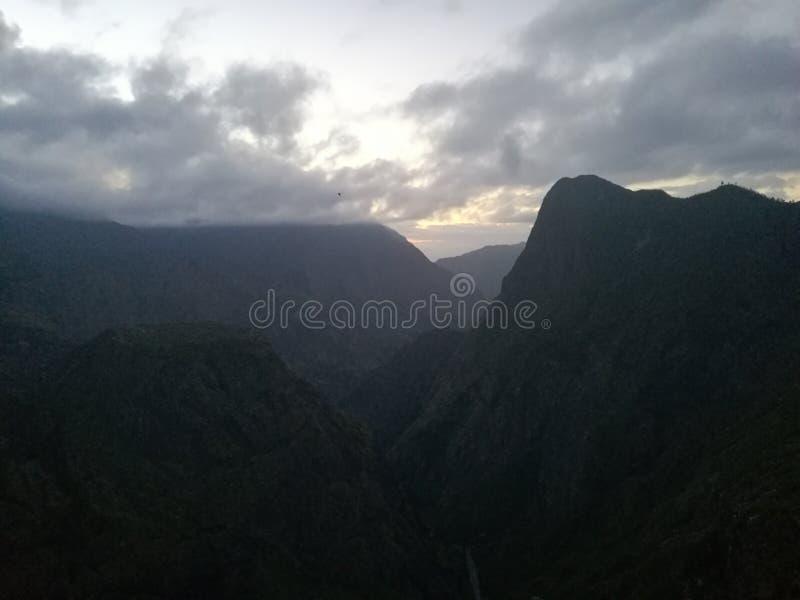 De Wolken van de zonsondergangberg stock foto