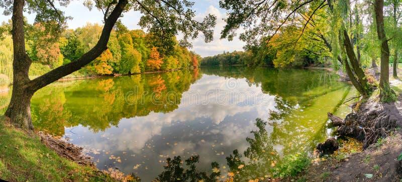 De wolken worden weerspiegeld in het meer in de herfst royalty-vrije stock foto
