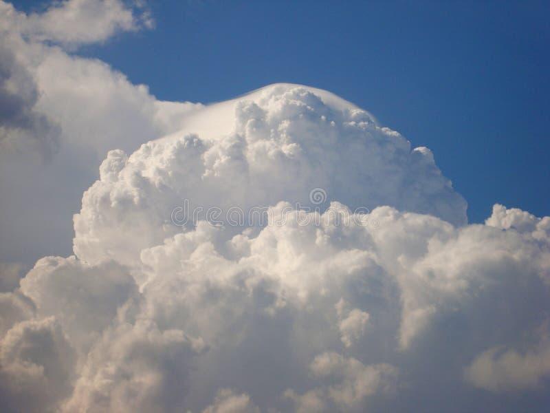 De wolken zijn producten van condensatie van waterdamp in de zichtbare atmosfeer, in de hemel met het blote oog dat en van wordt  stock foto
