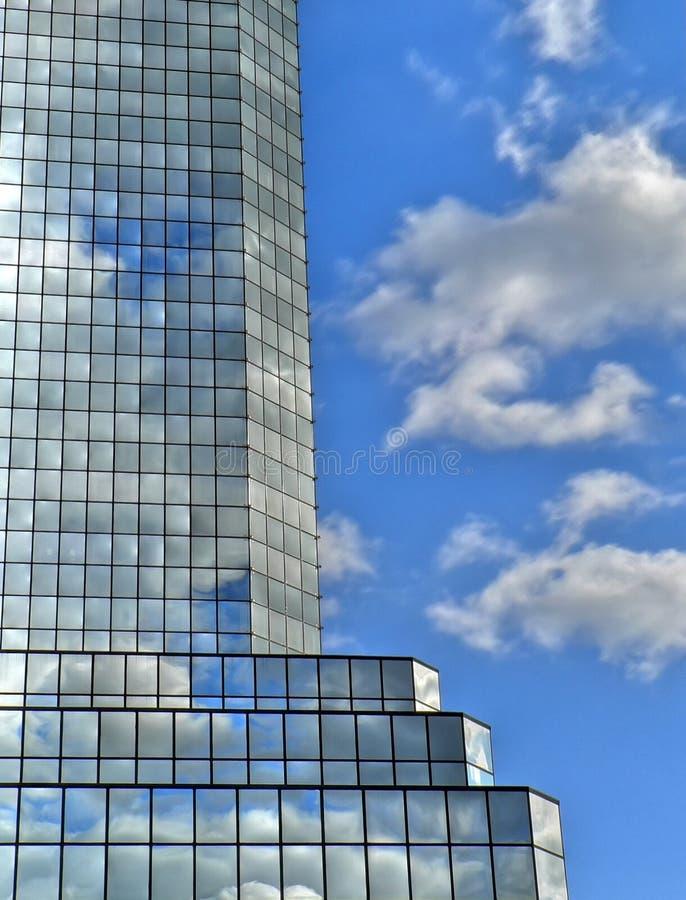 De wolkenbezinningen van Skycraper stock fotografie
