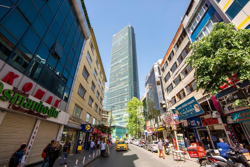 De wolkenkrabber aan het eind van de straat wordt geladen aan de hemel stock afbeelding