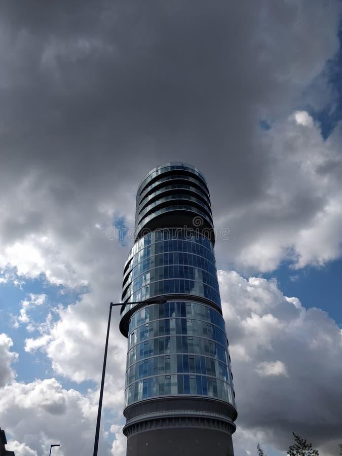 De wolkenkrabber schaaft zwarte wolken stock foto's