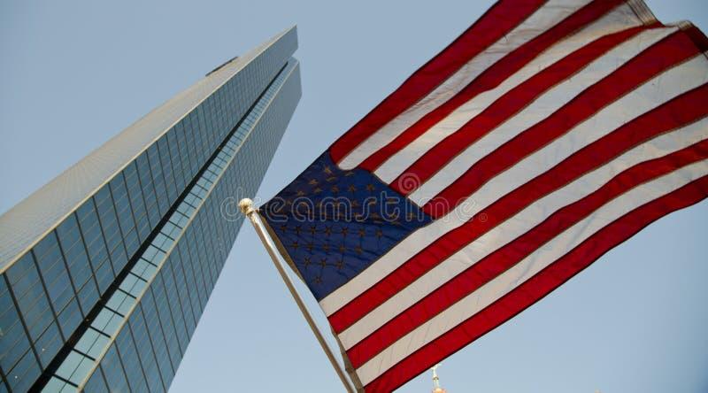 De wolkenkrabber van Boston en Amerikaanse vlag in de wind stock foto