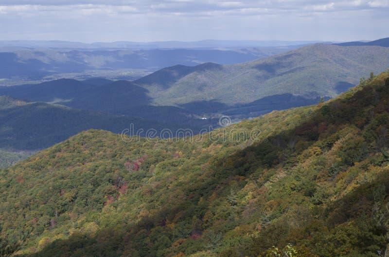 De wolkenkrabber van de bergtop stock foto's