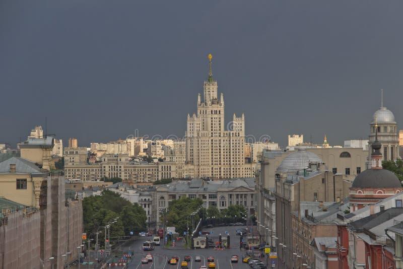 De wolkenkrabber van Moskou bij zonsondergang stock afbeeldingen