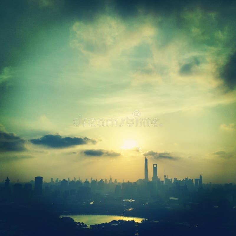 de wolkenkrabber van Shanghai in zonsondergang royalty-vrije stock foto