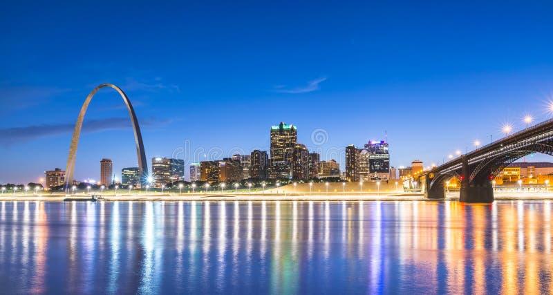 De wolkenkrabber van St.Louis bij nacht met bezinning in rivier, St.Louis stock foto's