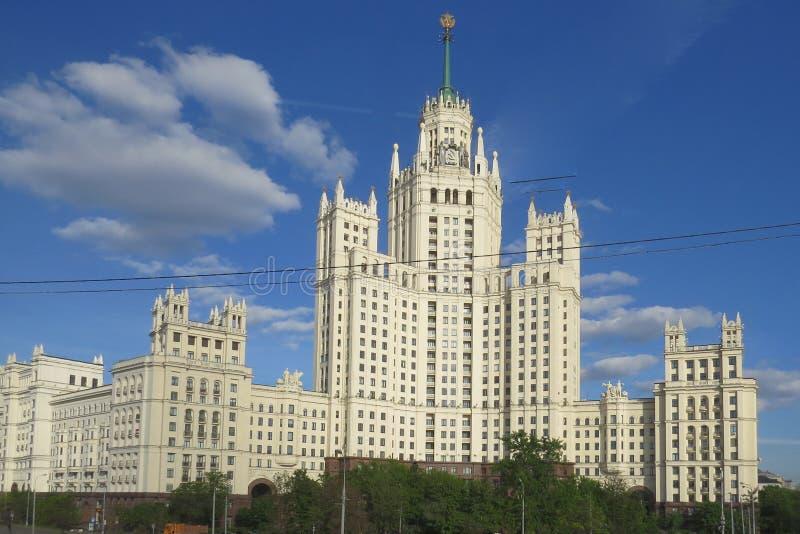 De wolkenkrabber van Stalin op dijk Kotelnicheskaya stock afbeeldingen