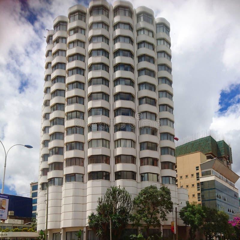 De wolkenkrabberbouw in het midden van de stadscentrum van Nairobi stock afbeelding