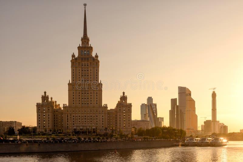 De wolkenkrabberhotel de Oekraïne bij zonsondergang, Rusland van Moskou Stalin royalty-vrije stock afbeelding