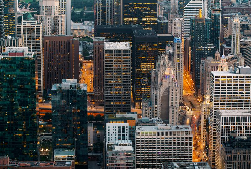 De Wolkenkrabbers van Chicago bij Nacht royalty-vrije stock afbeeldingen