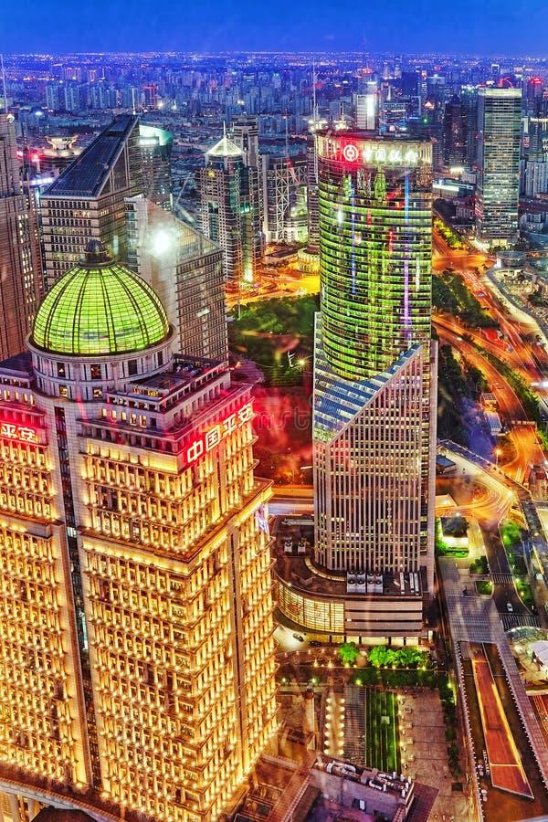 De wolkenkrabbers van de nachtmening, stad de bouw van Pudong, Shanghai, China stock afbeelding