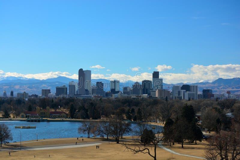 De Wolkenkrabbers van Denver van de binnenstad, Colorado met Rocky Mountains i stock foto's
