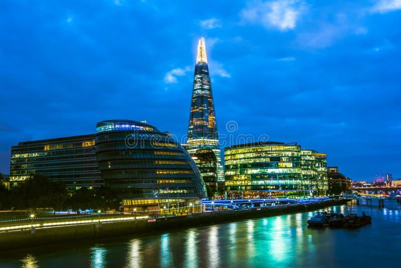 De wolkenkrabbers van Londen en stadhuis, nachtmening royalty-vrije stock afbeelding