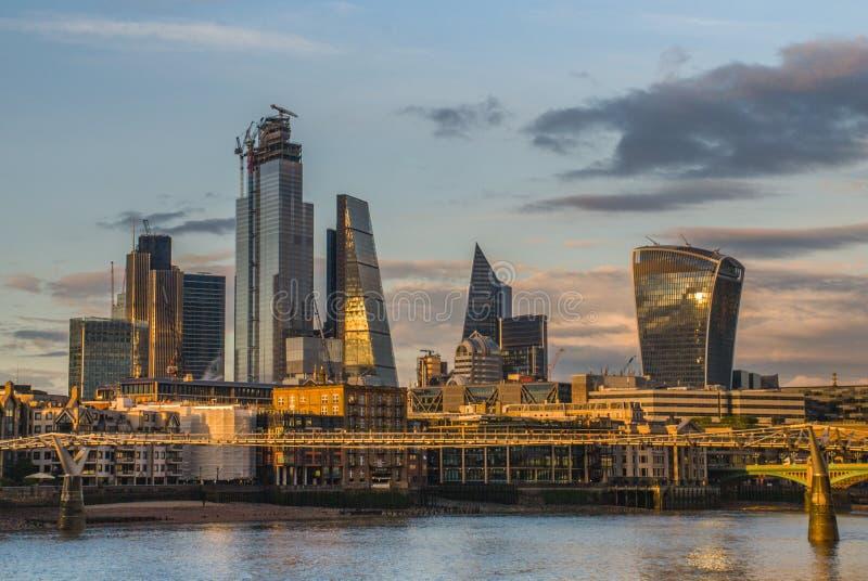 De wolkenkrabbers van Londen langs de Rivier Theems maken tot de stad een moderne stijl royalty-vrije stock foto's