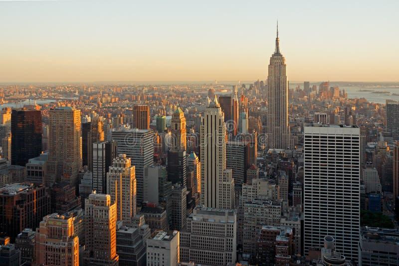 De wolkenkrabbers van Manhattan bij schemer royalty-vrije stock foto