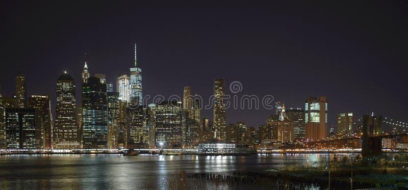 De wolkenkrabbers van New York bij nacht van de Hoogten van Brooklyn stock foto