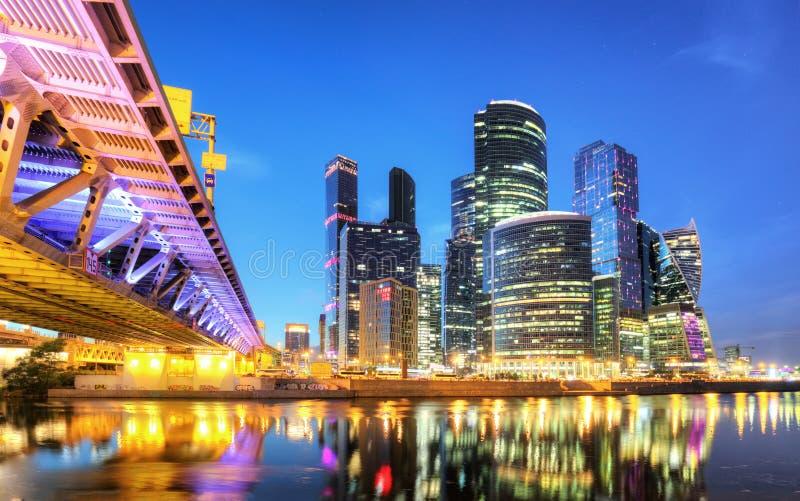 De wolkenkrabbers van de Stadszaken van Moskou centreren en de rivier van Moskou in Moskou bij nacht, Rusland Architectuur en ori stock afbeeldingen