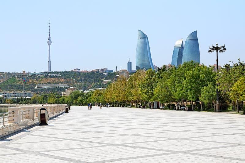 De wolkenkrabbers van vlamtorens, TV-toren en dijk van Kaspische Overzees royalty-vrije stock fotografie