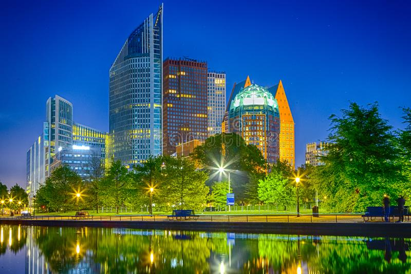 De Wolkenkrabbershorizon van Den Haag bij Blauw Uur in Nederland royalty-vrije stock afbeeldingen