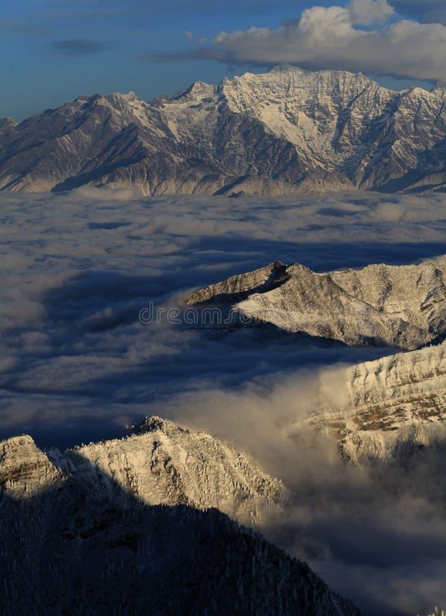 De wolkenoverzees van de sneeuwberg stock foto's