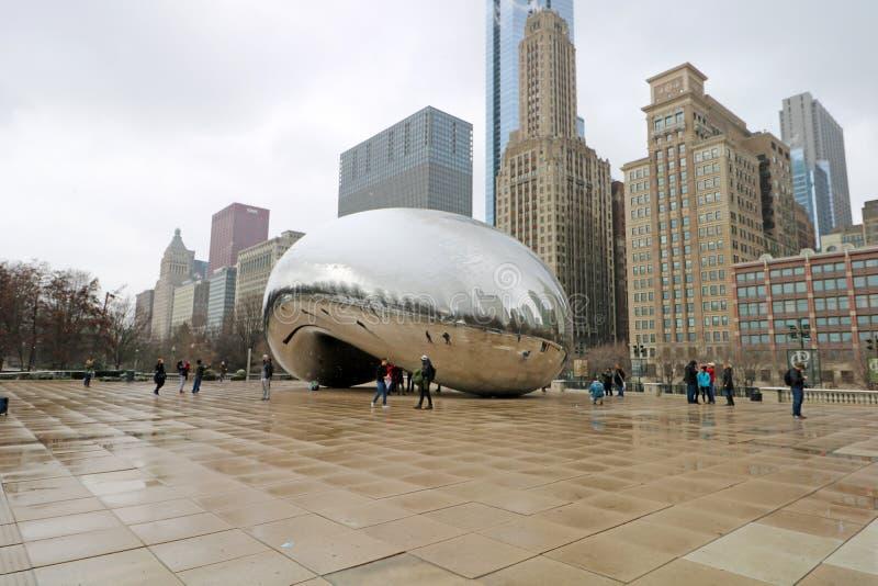 De wolkenpoort bij de kunst van de de Boonspiegel van Chicago Illinois met mensen en gebouwen weerspiegelde toeristenoriëntatiepu stock foto