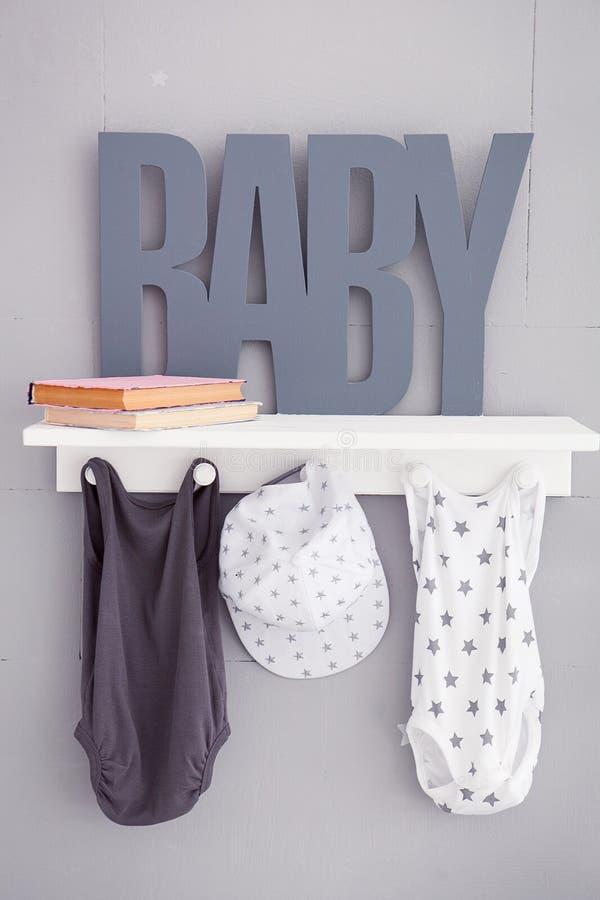 De woordbaby op een grijze achtergrond Inschrijvingspeuter Detail van het binnenland van de kinderen` s ruimte Kinderenslaapkamer royalty-vrije stock foto's
