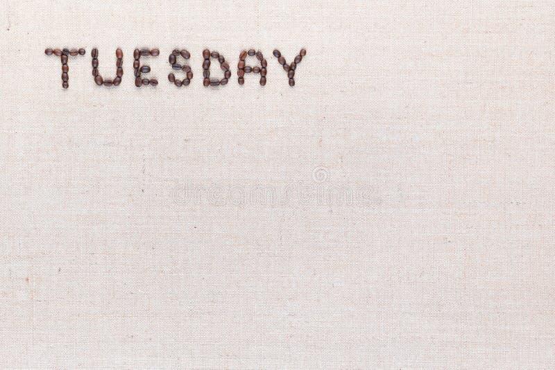 De woorddinsdag met koffiebonen wordt geschreven, bij de verlaten die bovenkant worden gericht royalty-vrije stock afbeeldingen