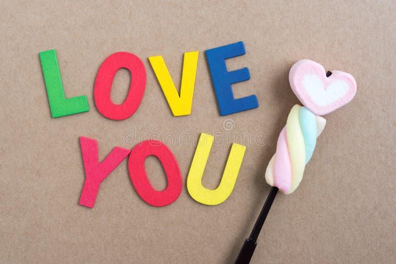 De woorden houden van u met valentijnskaartsuikergoed stock afbeeldingen