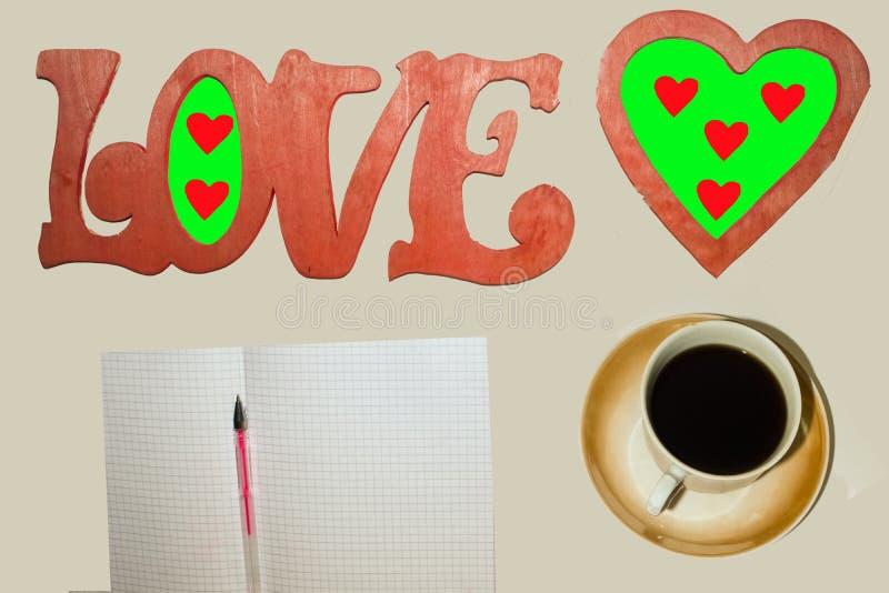 De woordliefde, een Kop van koffie, een hart, een blad met een pen stock afbeeldingen