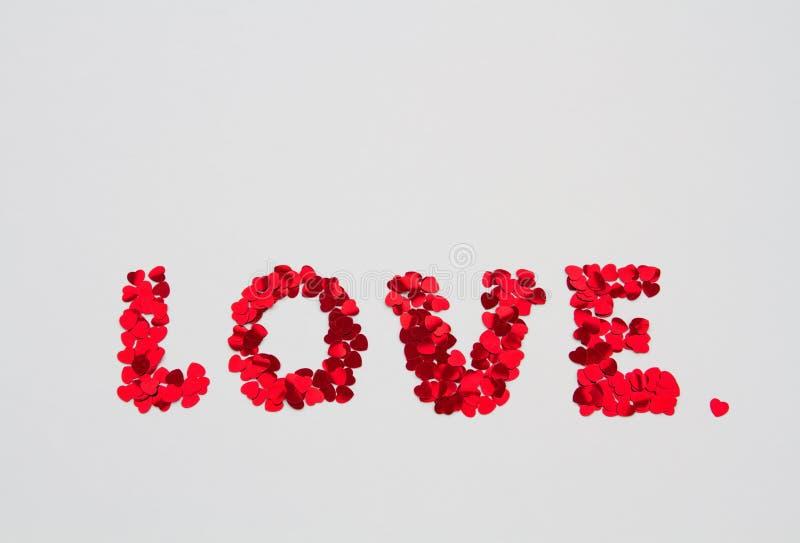 De woordliefde uit kleine harten dat op isolate wordt gespeld stock afbeelding