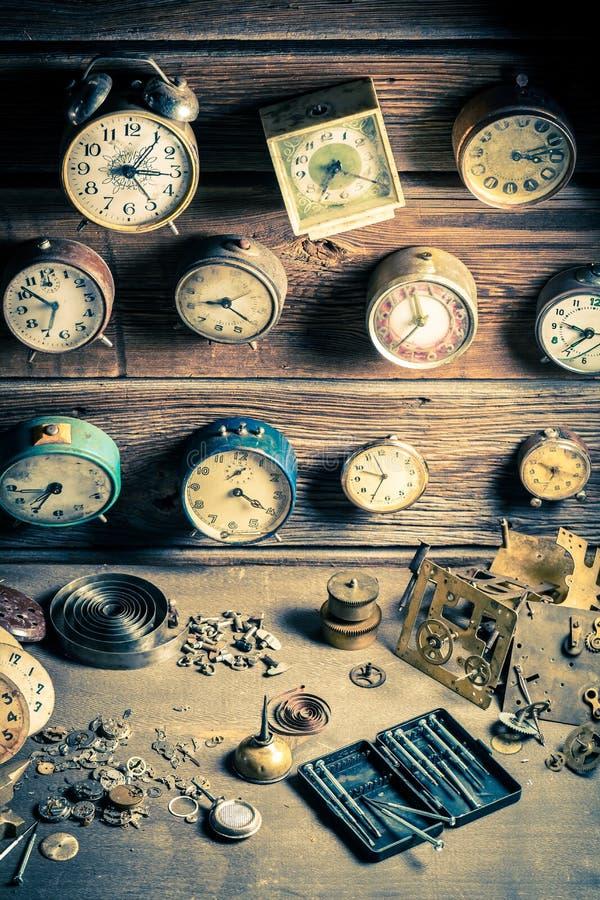 De workshop van de kleine horlogemaker met delen van klokken royalty-vrije stock foto's