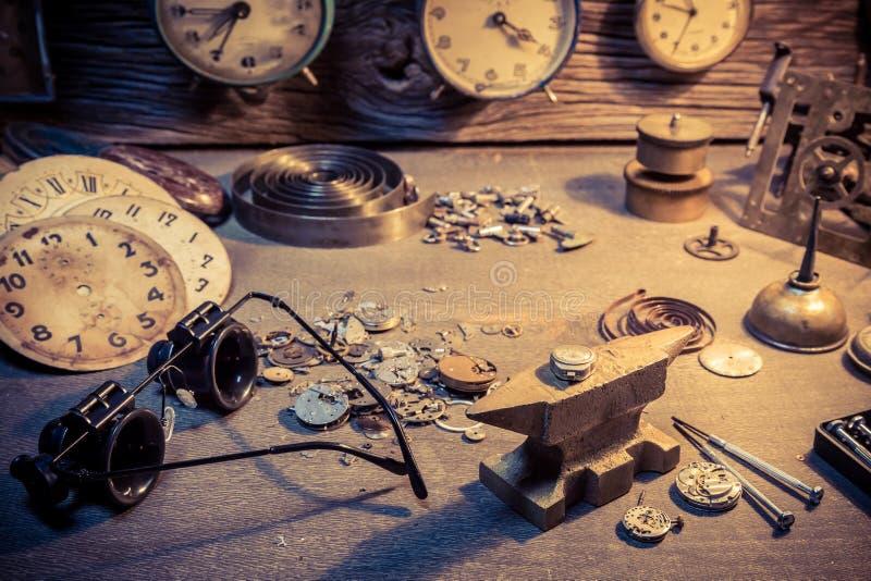 De workshop van de oude horlogemaker met delen van klokken royalty-vrije stock fotografie