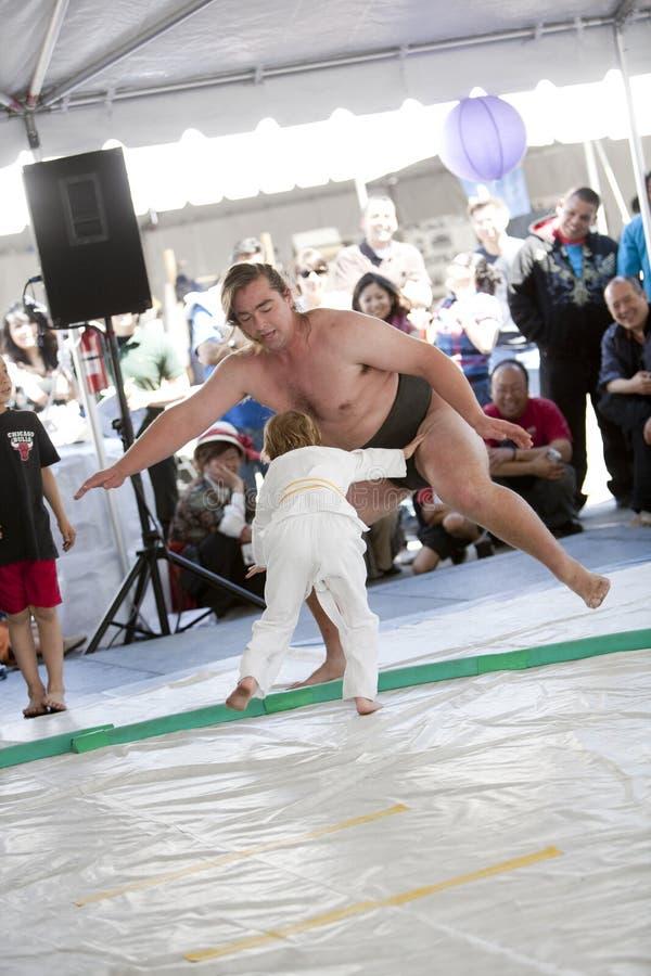 De Worstelaar en het Kind van Sumo stock afbeelding