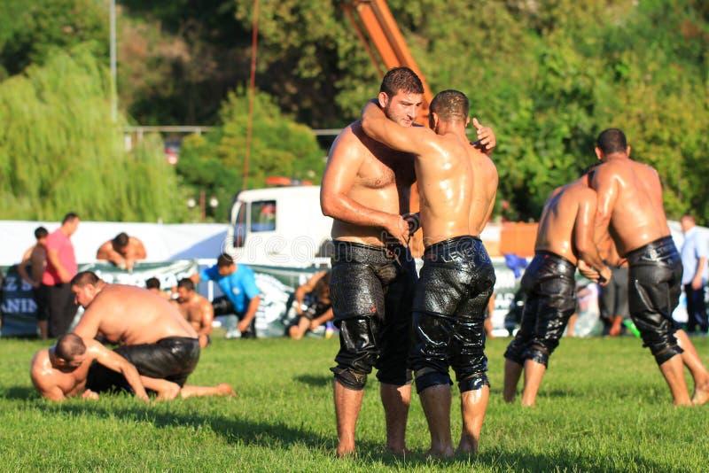 De worstelaars begroeten elkaar aan het eind van strijd royalty-vrije stock afbeeldingen