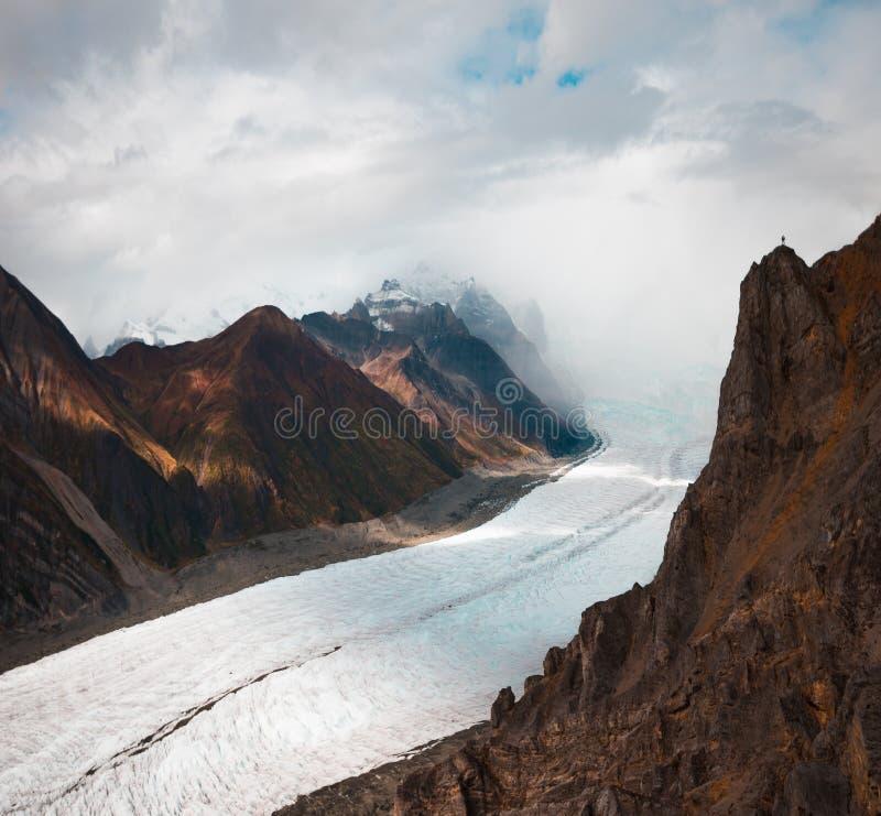 De wortelgletsjer tuimelt neer van de hoogten van Wrangell St Elias Mountains stock afbeelding