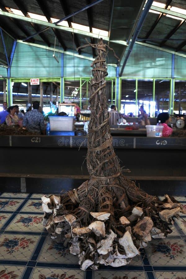 De wortels van de peperinstallatie voor verkoop in Fijian-markt royalty-vrije stock foto's