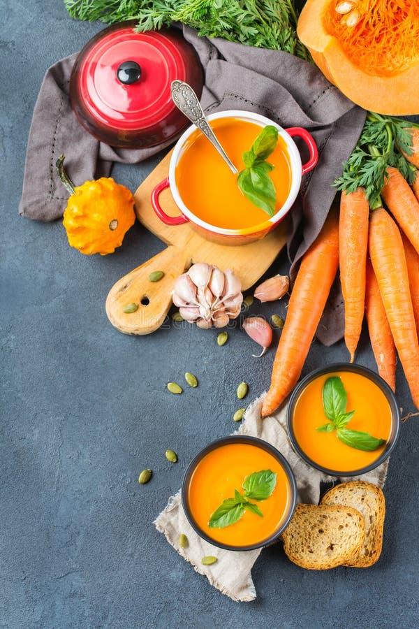 De wortelsoep van de dalings de herfst geroosterde oranje pompoen met knoflook stock afbeeldingen