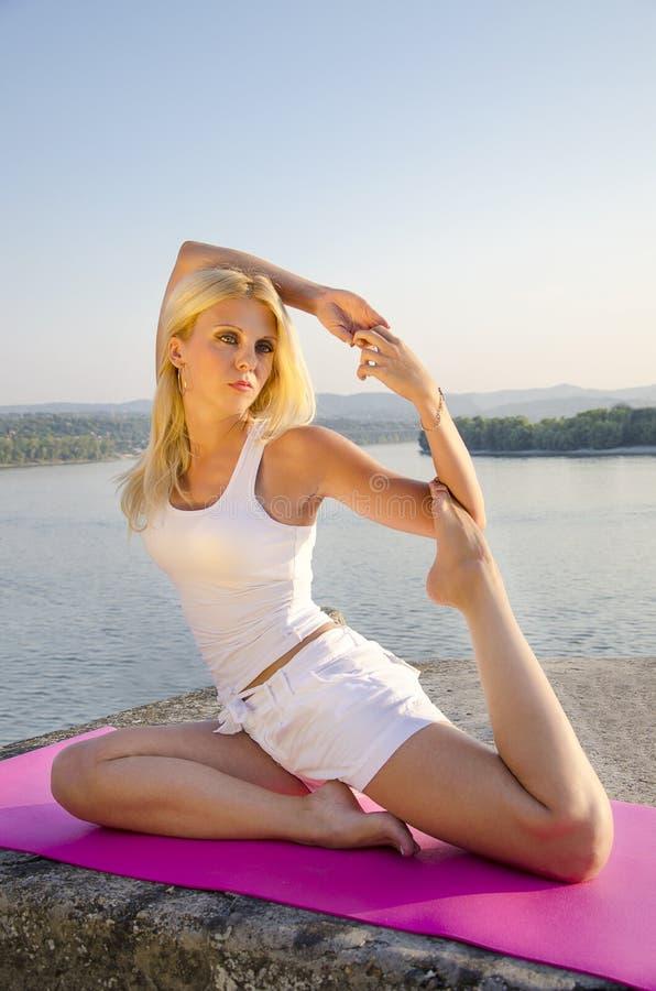 De yoga door de rivierduif stelt stock afbeelding