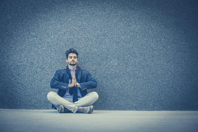 De yoga is goed voor het ontspannen na het werk stock afbeelding