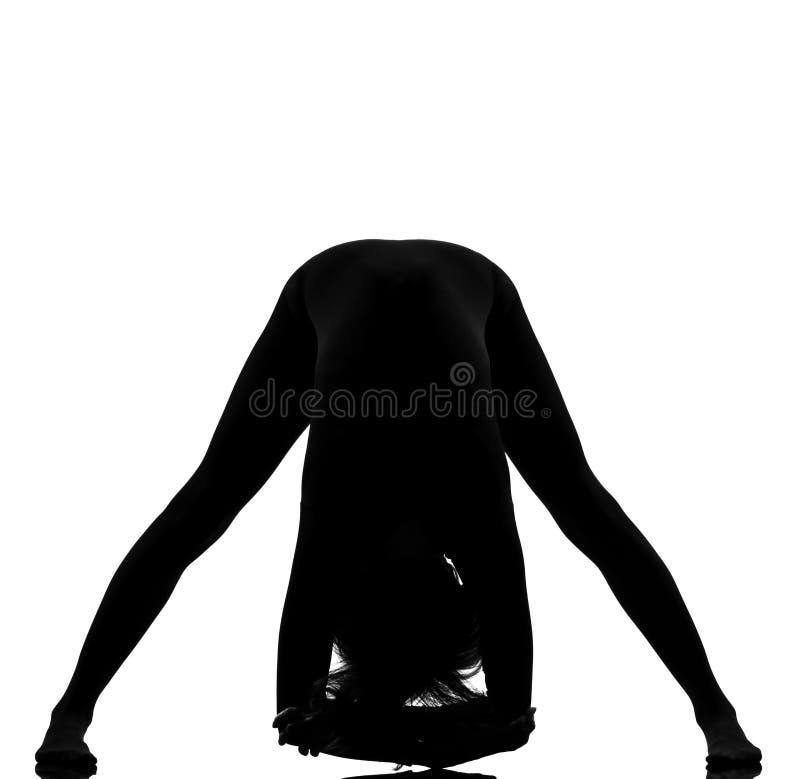 De yoga Prasarita Padottanasana van de vrouw stelt zich het uitrekken royalty-vrije stock foto