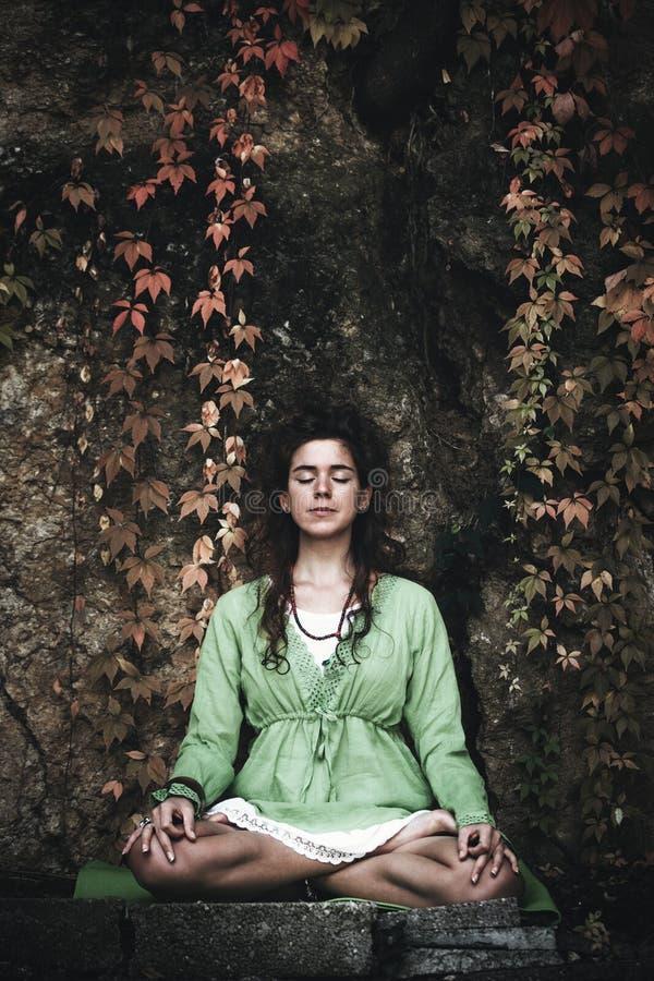 De yoga van de vrouwenpraktijk openlucht stock afbeelding