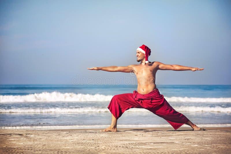 De yoga van Kerstmis op het strand stock afbeeldingen