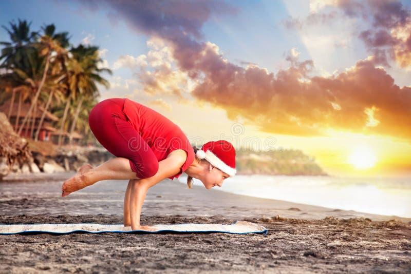 De Yoga van Kerstmis op het strand stock foto