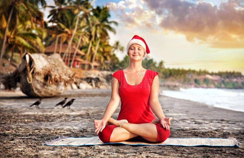 De yoga van Kerstmis op het strand royalty-vrije stock afbeeldingen
