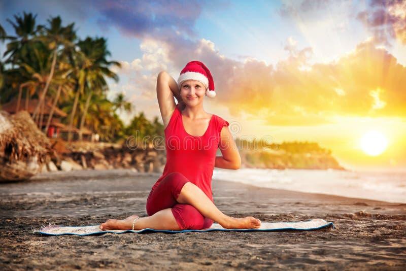 De yoga van Kerstmis in tropisch strand stock foto's
